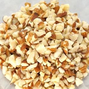 サガミ産業 | 皮付き アーモンド 8割カット / 1kg袋